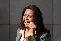 Elegante Frau, die draußen am Telefon spricht Lizenzfreie Stockbilder