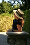 Elegante Frau, die im Park sich entspannt Lizenzfreie Stockbilder