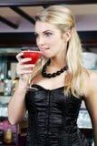 Elegante Frau, die Martini-Cocktail trinkt Lizenzfreie Stockfotografie