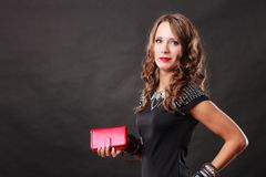 Elegante Frau, die rote HandtaschenHandtasche hält Stockfotografie