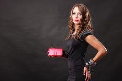 Elegante Frau, die rote HandtaschenHandtasche hält Lizenzfreie Stockfotos