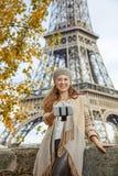 Elegante Frau, die selfie unter Verwendung selfie Stockes in Paris, Frankreich nimmt Stockfoto