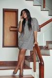 Elegante Frau, die am Telefon in der Treppe spricht stockfoto