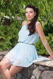 Elegante Frau in einem blauen Kleid draußen Lizenzfreies Stockbild