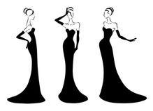 Elegante Frau in einem langen schwarzen Kleid Stockbilder