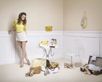 Elegante Dame in einem Raum voll der Mode-Accessoires Stockbilder