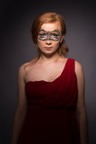 Elegante Frau in einem roten Kleid Stockbild