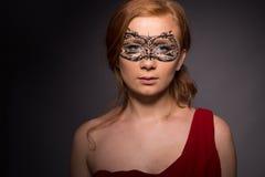 Elegante Frau in einem roten Kleid Lizenzfreie Stockfotografie