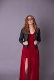 Elegante Frau in einem roten Kleid Lizenzfreie Stockbilder