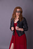 Elegante Frau in einem roten Kleid Stockfotografie