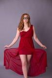 Elegante Frau in einem roten Kleid Stockbilder