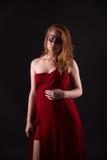 Elegante Frau in einem roten Kleid Lizenzfreies Stockfoto