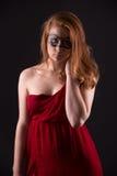 Elegante Frau in einem roten Kleid Stockfotos