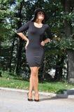 Elegante Frau in einem schwarzen Kleid und in den hohen Absätzen Lizenzfreies Stockbild