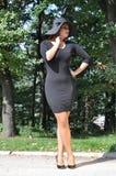 Elegante Frau in einem schwarzen Kleid und in den hohen Absätzen Stockfoto
