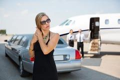 Elegante Frau am Flughafenabfertigungsgebäude Stockbilder