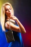 Elegante Frau hält schwarze Handtasche Stockfotografie