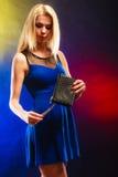 Elegante Frau hält schwarze Handtasche Stockfoto