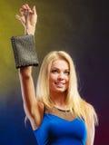 Elegante Frau hält schwarze Handtasche Lizenzfreie Stockfotos