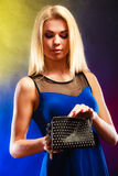 Elegante Frau hält schwarze Handtasche Stockbild