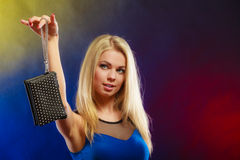 Elegante Frau hält schwarze Handtasche Lizenzfreies Stockbild