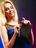 Elegante Frau hält schwarze Handtasche Lizenzfreie Stockbilder