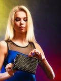 Elegante Frau hält schwarze Handtasche Lizenzfreie Stockfotografie