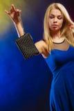 Elegante Frau hält schwarze Handtasche Lizenzfreies Stockfoto