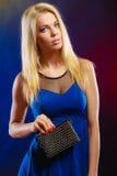Elegante Frau hält schwarze Handtasche Stockbilder