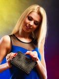 Elegante Frau hält schwarze Handtasche Stockfotos