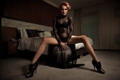 Elegante Frau im Hotelzimmer Stockbild
