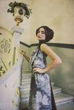 Elegante Frau im langen Kleid auf Weinlesetreppen Stockbilder