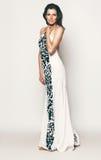 Elegante Frau im langen weißen Kleid Lizenzfreie Stockfotos