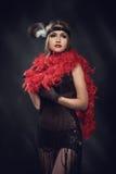 Elegante Frau im roten Kleid Retro- Art Stockbilder