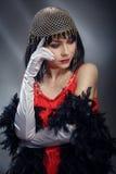 Elegante Frau im roten Kleid und im Halsband Lizenzfreie Stockfotografie