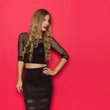 Elegante Frau im schwarzen Kleid, das weg aufwirft und schaut Stockfotos