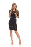 Elegante Frau im schwarzen Kleid, das weg schaut Stockfoto