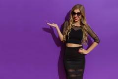 Elegante Frau im schwarzen Kleiderdarstellen Lizenzfreies Stockfoto