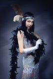 Elegante Frau im weißen Kleid Retro- Art Lizenzfreie Stockbilder