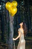 Elegante Frau mit Ballonen im Wald lizenzfreies stockbild