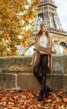 Elegante Frau mit der Karte, die den Abstand in Paris untersucht Stockbild