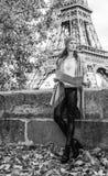 Elegante Frau mit der Karte, die den Abstand in Paris untersucht Lizenzfreie Stockfotos