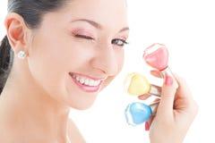Elegante Frau mit farbigen Poliermitteln stockfotografie