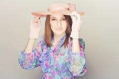 Elegante Frau mit Hüten Stockfotografie