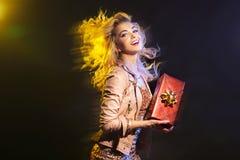 Elegante Frau mit ihrem Geburtstagsgeschenk Lizenzfreie Stockfotos