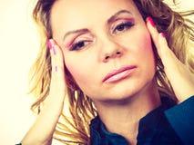 Elegante Frau mit Kopfschmerzen Stockbild