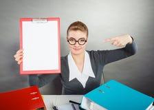Elegante Frau mit leerem Klemmbrett Lizenzfreies Stockfoto