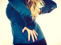 Elegante Frau mit schmerzlicher Rückseite Lizenzfreies Stockfoto