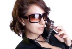 Elegante Frau mit Sonnenbrillen stockfotos