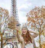 Elegante Frau in Paris, Frankreich, das selfie mit Telefon nimmt Lizenzfreies Stockfoto